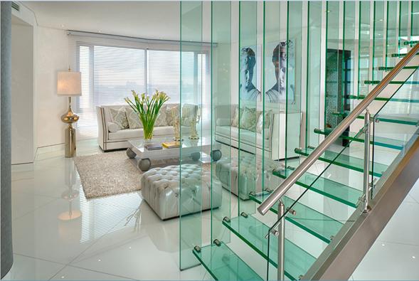 """""""La escalera en el centro de la casa divide los ambientes de forma glamurosa"""", Fernando García, Atelier de Estilo."""